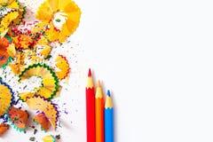 Satz farbige Bleistifte und Schnitzel auf weißem Hintergrund Stockbild