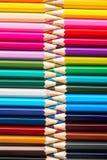 Satz farbige Pastellbleistifte in der multi Farbe der Reihe in der Form des geschlossenen Reißverschlusses Lizenzfreie Stockfotos