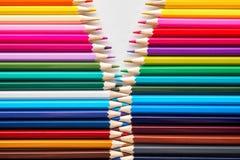 Satz farbige Pastellbleistifte in der multi Farbe der Reihe in der Form des geschlossenen Reißverschlusses Stockbild