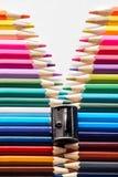 Satz farbige Pastellbleistifte in der multi Farbe der Reihe in der Form des geschlossenen Reißverschlusses Stockfoto