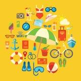 Satz farbige Vektorikonen und -symbole auf den Sommerstrandurlauben Lizenzfreies Stockbild