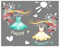 Satz farbiger Sommer kleidet mit Blumenmuster an Stockbilder