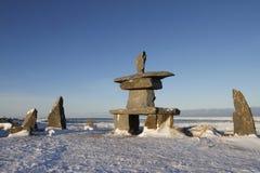 Satz Felsen und inuksuk und inukshuk fand Anfang November nahe Churchill Stockbild