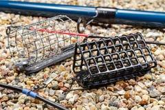Satz Fischenfuttertröge mit Angelrute und Zubehör Stockfotografie