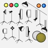 Satz Fotostudioausrüstung, helle flache Ikonen des Weiche, der Kamera und der Optiklinsen Stockfotografie