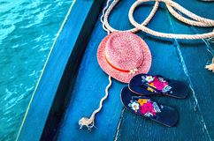 Satz Frau ` s Sachen-Zubehör, zum Jahreszeit-Straw Beach Woman-` s des Hut-Draufsicht-Blaus, Türkis Hintergrund auf den Strand zu Lizenzfreies Stockfoto