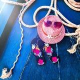 Satz Frau ` s Sachen-Zubehör, zum Jahreszeit-Straw Beach Woman-` s des Hut-Draufsicht-Blaus, Türkis Hintergrund auf den Strand zu Stockfoto