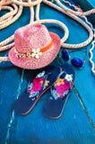 Satz Frau ` s Sachen-Zubehör, zum Jahreszeit-Straw Beach Woman-` s des Hut-Draufsicht-Blaus, Türkis Hintergrund flach einzelnes v Stockfoto