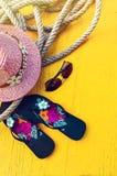 Satz Frau ` s Sachen-Zubehör, zum Jahreszeit-Straw Beach Woman-` s des Hut-Draufsicht-Gelb-Hintergrundes auf den Strand zu setzen stockfotografie