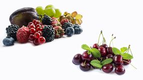 Satz frische Früchte und Beeren Reife Blaubeeren, Brombeeren, rote Johannisbeeren, Trauben, Himbeeren und Pflaumen Stockbilder