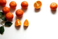 Satz frische orange Frucht Ganze und geschnittene Orangen auf weißem Holztisch Material für Orangensaft zum Frühstück oder für Stockfotos
