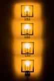 Satz gelbe Wandlampen in der Dunkelheit Stockfotos