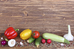 Satz Gemüse auf hölzernem Hintergrund Lizenzfreies Stockfoto