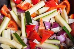 Satz Gemüse gebraten in einer Wanne Selektiver Fokus Stockfotos