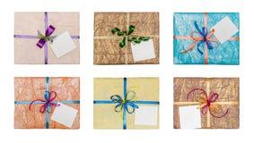 Satz Geschenke, der elegant in zerknittertes Papier verpackt wird stockbild