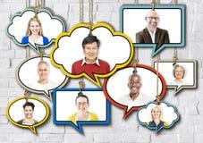 Satz Gesichter auf dem Hängen von bunten Sprache-Blasen Lizenzfreie Stockbilder