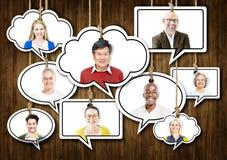 Satz Gesichter auf dem Hängen von bunten Sprache-Blasen Lizenzfreie Stockfotos