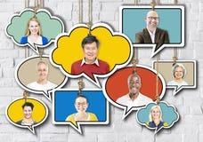 Satz Gesichter auf dem Hängen von bunten Sprache-Blasen Lizenzfreies Stockbild