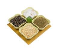 Satz Gewürze für Lebensmittel von den zentralen asiatischen Tellern Stockfoto