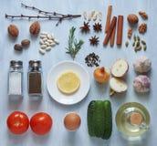 Satz Gewürze, Gemüse und Kräuter auf einem hellen hölzernen Hintergrund Stockfotos