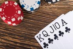 Satz gewinnende Pokerkarten auf einem Holztisch mit Pokerchips Stockfotos