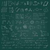 Satz gezeichnete Symbole, -graphiken und -formeln der Vektorkreide Hand Schulauf grüner Tafel Lizenzfreies Stockbild