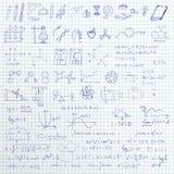 Satz gezeichnete Symbole, -graphiken und -formeln des Vektors Hand Schulauf gezeichnetem Papierhintergrund Stockfoto