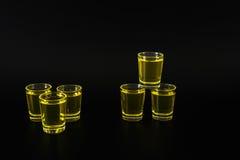 Satz grüne Schüsse, grünes Kamikaze, schwarzer Hintergrund, Parteisatz stockfotografie