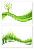 Satz grünen Baum- und Graswachstumsvektor eco Konzeptes Feld des grünen Grases gegen einen blauen Himmel mit wispy weißen Wolken  vektor abbildung