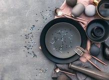 Satz graue Tonware auf Tabelle Nordische Art Verschiedene Platten, Teller, Stockfoto