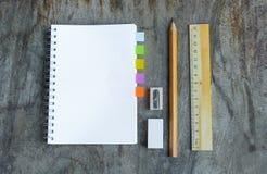 Satz hölzerne Schreibenswerkzeuge, Bleistift, Stift, Machthaber, Radiergummi, Bleistiftspitzer Stockbild