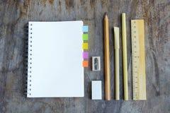 Satz hölzerne Schreibenswerkzeuge, Bleistift, Stift, Machthaber, Radiergummi, Bleistiftspitzer Lizenzfreies Stockfoto