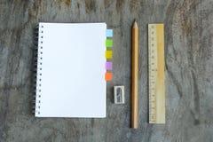 Satz hölzerne Schreibenswerkzeuge, Bleistift, Stift, Machthaber, Radiergummi, Bleistiftspitzer Lizenzfreie Stockbilder