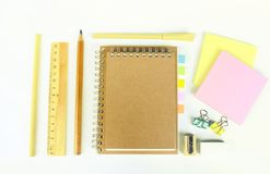 Satz hölzerne Schreibenswerkzeuge, Bleistift, Stift, Machthaber, Radiergummi, Bleistiftspitzer Stockfotos
