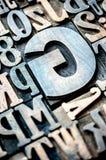 Satz hölzerne typografische Buchstaben und Zahlen Stockfotografie