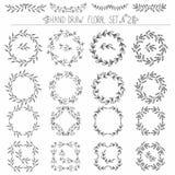 Satz Hand gezeichnete Blumenmusterelemente: Ecken, Locken, Kränze Lizenzfreie Stockfotos
