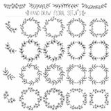 Satz Hand gezeichnete Blumenmusterelemente: Ecken, Rahmen, Kränze Stockfoto