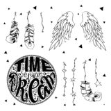 Satz Handgezogene Boho-Gestaltungselemente einschließlich Federn, Traumfänger, Pfeile, Beschriftung, magische Hippieelemente stockfoto