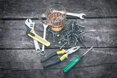 Satz Handwerkzeuge auf einem hölzernen Hintergrund Lizenzfreie Stockfotos