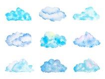 Satz helle hellblaue Aquarell-Wolken, lokalisiert auf Weiß vektor abbildung