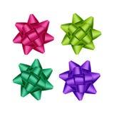 Satz heller purpurroter magentaroter rosa Emerald Green Gift Ribbon Bows-Abschluss oben auf weißem Hintergrund Lizenzfreie Stockfotos