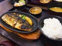 Satz japaneses Teller umfassen gegrillten Seebarsch mit Gemüse, stockfotografie