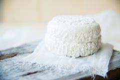 Satz Käse auf hölzernem Hintergrund Stockfoto