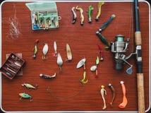 Satz künstliche Köder für Spiessfischen liegt auf Tabelle stockfoto