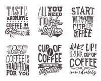 Satz Kaffeebeschriftung Vektorillustration mit Hand gezeichnetem Zitat Lizenzfreie Abbildung