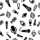 Satz Karaoke bezog sich Aufkleber, Ausweise und Gestaltungselemente Karaokevereinembleme Mikrophone auf Weiß Lizenzfreies Stockfoto
