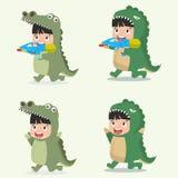 Satz Karikaturkleinkindcharaktere im Tier kostümiert Krokodil Stockfoto