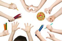 Satz Kinderhände mit Bleistiften, Lutscher Stockfoto