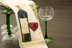 Satz klassische grüne aufgehaltene Weingläser lizenzfreies stockfoto