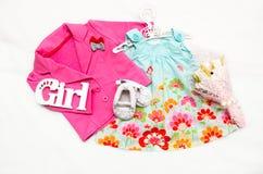 Satz Kleidung für das kleine Mädchen Stockbild